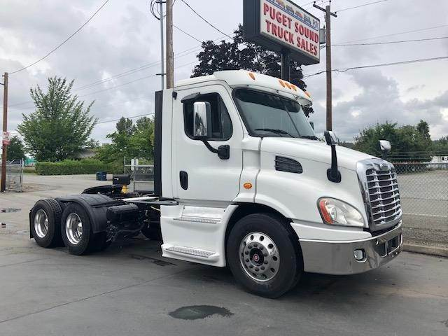 2013 Freightliner Cascadia 113 Tandem Axle Day Cab Truck