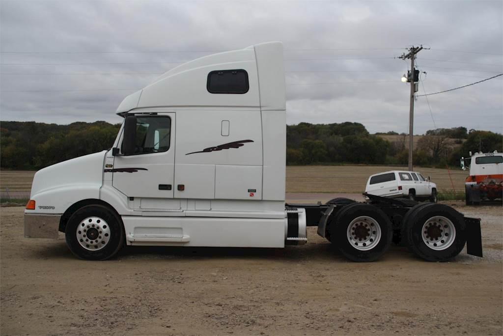 2001 Volvo VNL64T610 Sleeper Truck