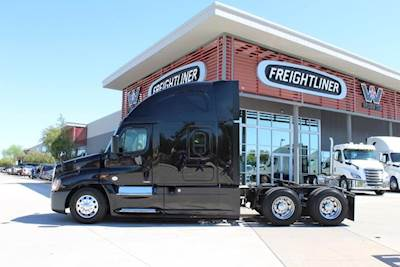 2015 Freightliner Cascadia 125 Sleeper Semi Truck 72 Raised Roof Sleeper Detroit 455hp