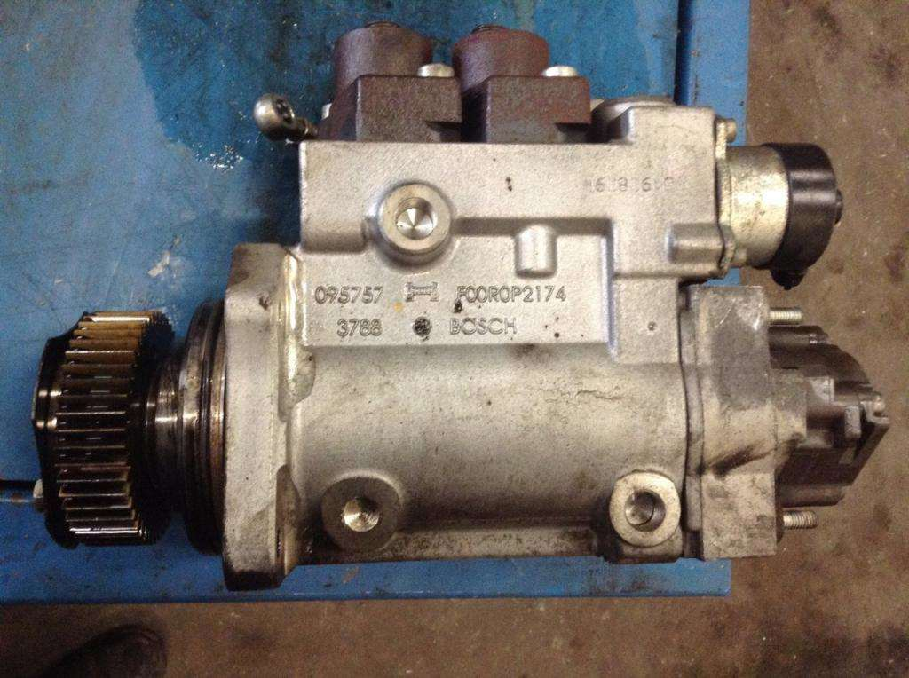 2010 Detroit DD15 Fuel Pump for a FREIGHTLINER CASCADIA For
