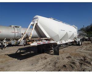 Fruehauf 1000 cubic foot 3-Hopper Sand Trailer Dry Bulk / Pneumatic Tank Trailer
