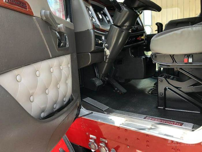 2007 Kenworth T800 Sleeper Semi Truck - Cummins ISX, Fuller 10 Speed Manual  Transmission,
