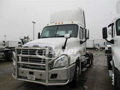 2013 Freightliner Cascadia 125 Tandem Axle Day Cab Truck, Cummins ISX'10  14 9 450/1800, 450HP, 10 Speed Manual